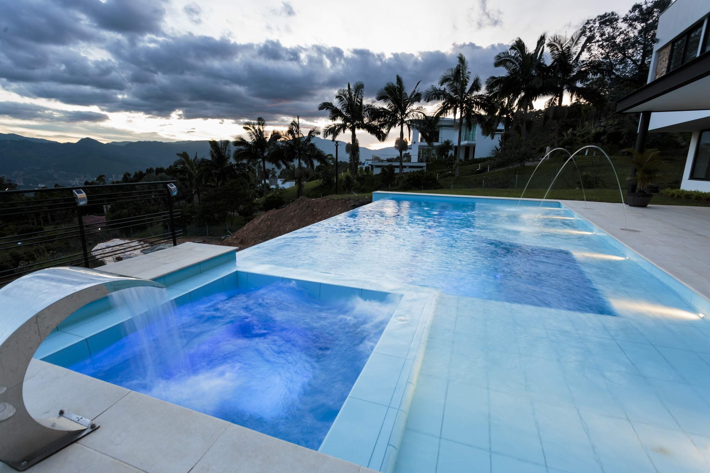 Ambiente azul jacuzzi hidromasajes colombia piscinas spa for Cerramiento para piscinas colombia